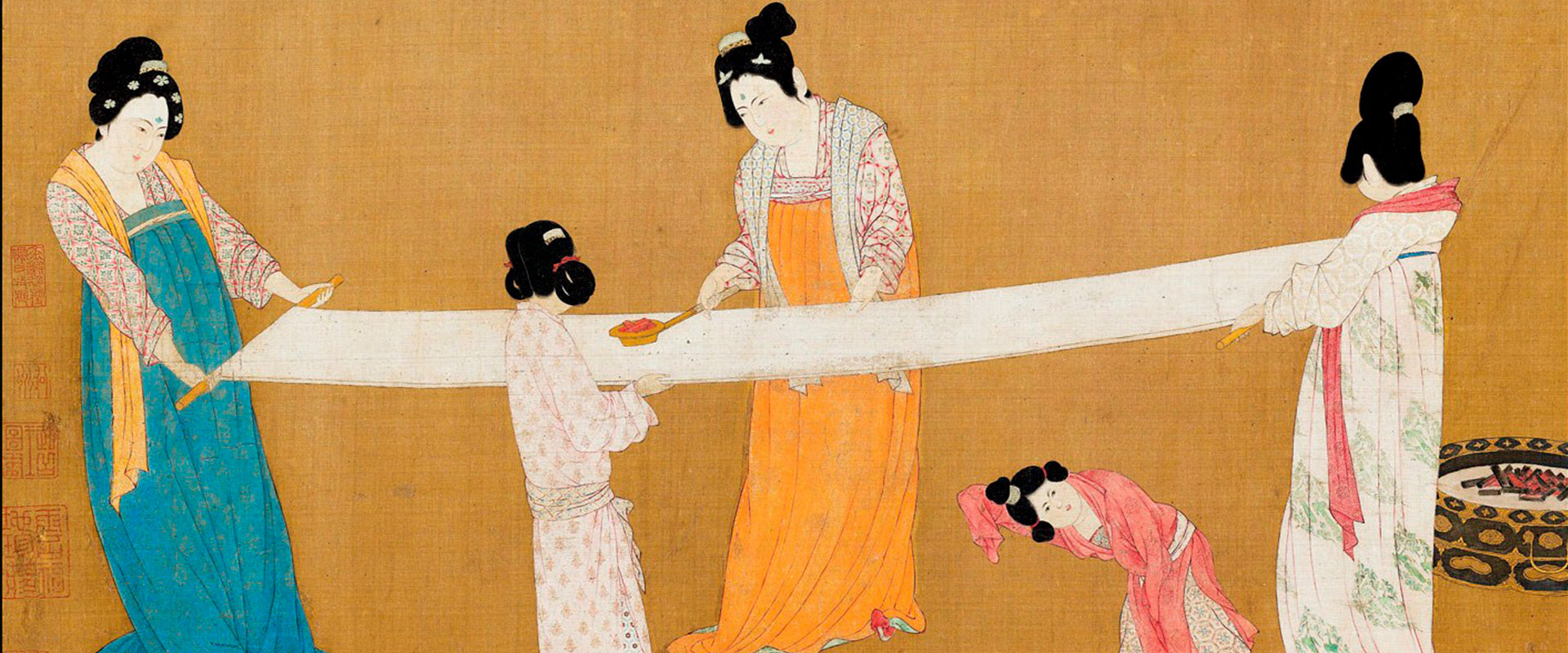 жени правят коприна