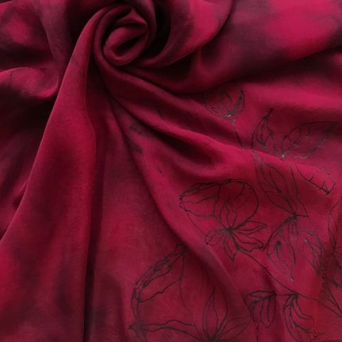 Елегантен копринен шал Черни рози