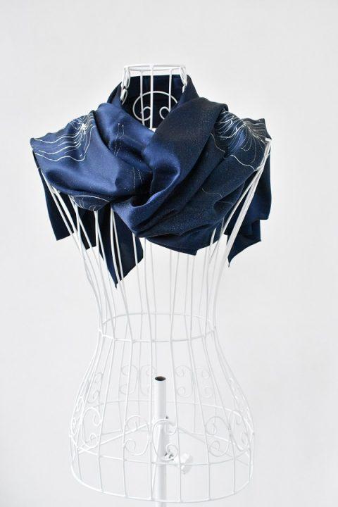 Тъмно син копринен шал с водни лилии