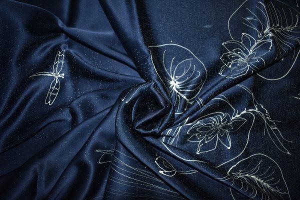 Тъмно син копринен шал с лилии